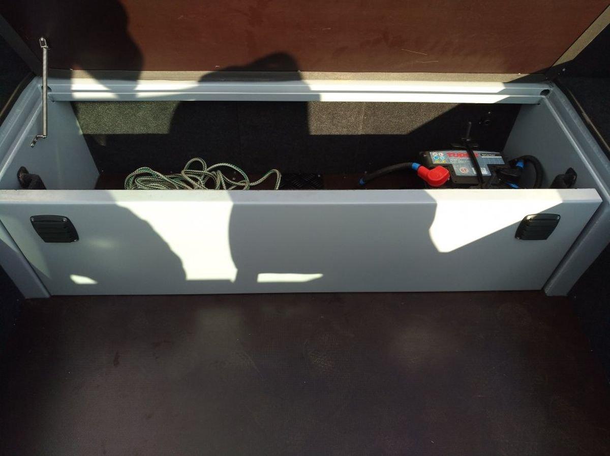 Организация хранения под задним диваном лодки KRAFTER FishDeck 470