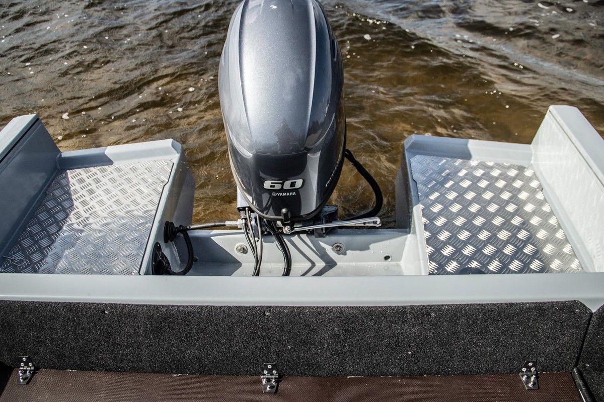 Мотор YAMAHA F60 на транце лодки KRAFTER FishDeck 470