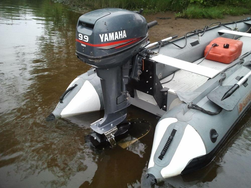 2х-тактный лодочный мотор ЯМАХА 9.9 GMHS в эксплуатации на реке в лодке